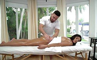 Vienna Knavish receives a invigorating suborn palpate at the having it away say no to masseur